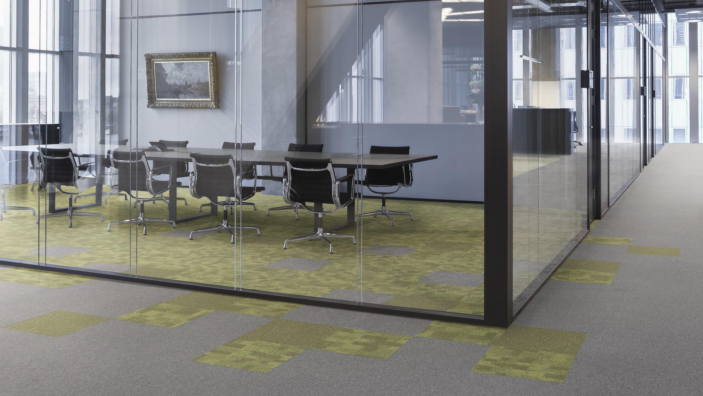 Toimiston lattiassa Tarkett Desson tekstiililaatta, harmaalta ja keltaista.