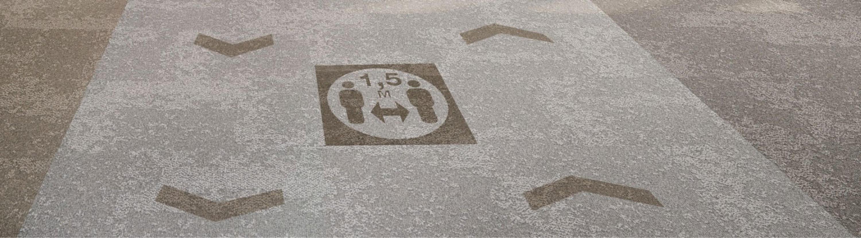 Offre de revêtement de sol pour la circulation et la distanciation sociale dans l'espace de travail de Post Covid-19