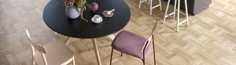 Klassikt rutmönstrat trägolv/parkettgolv i ett modernt vardagsrum, här kollektionen Noble från Tarkett