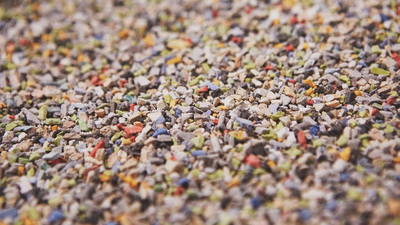 I Tarkett snakker vi ikke mer om produktenes «end of life», men kun «end of use». Vi omvandler det som tidligere bare ble sett på som søppel til råvarer og nye innovative gulv.