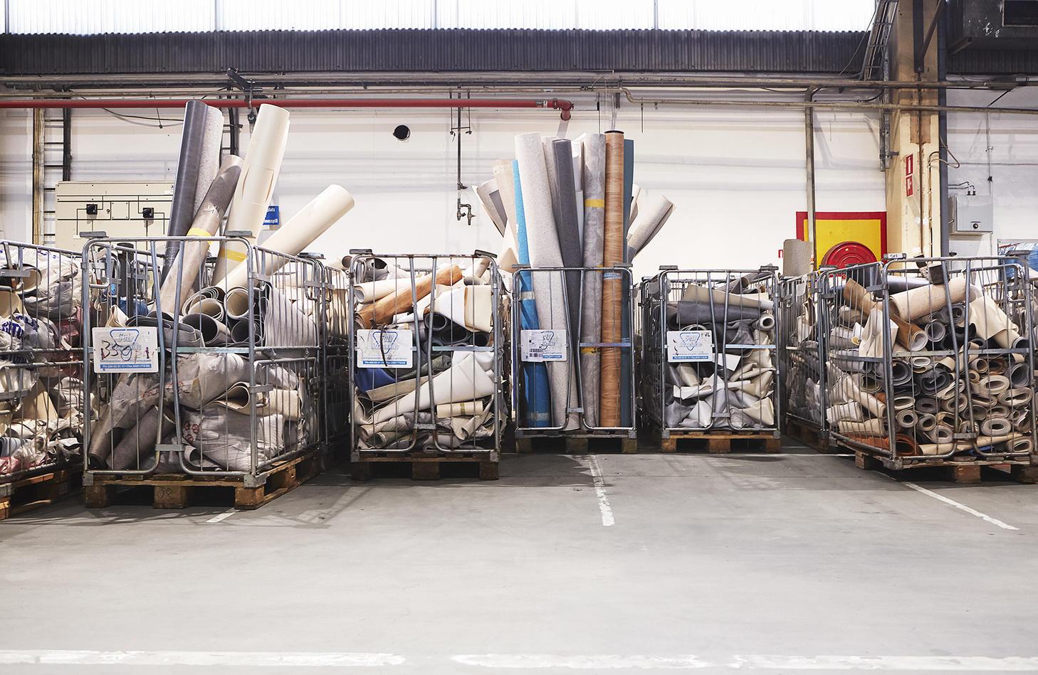 Återvinning av plastgolv på Tarketts återvinningsstation i Ronneby