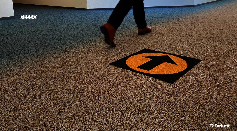 Desso Teppichfliese mit Richtungspfeil - Teppichboden Symbole