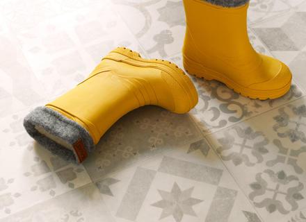 Vinylgulvet Tarkett Texstyle Almeria Fawn med gule støvler i en gang