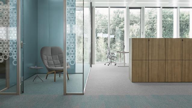 Textilgolv på ett kontor med blåa nyanser
