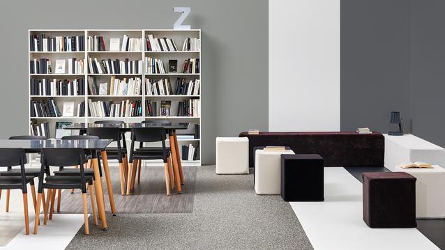 Svart-vitt inrett klassrum eller läshörna på kontor