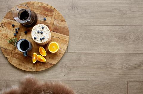 Laminatgolv i träimitation från TArkett med frukostbricka